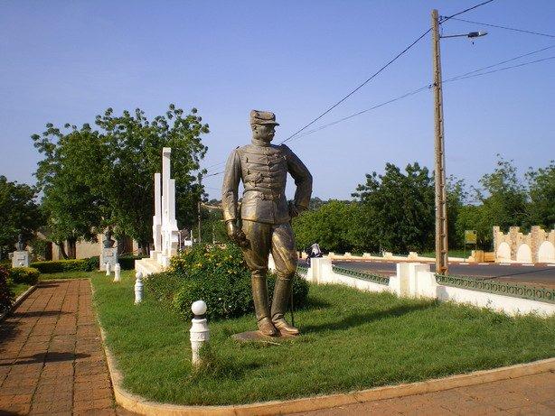 statuecolonial1.jpg